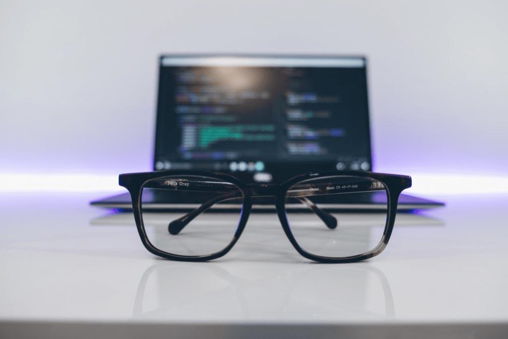 Laptop en bril