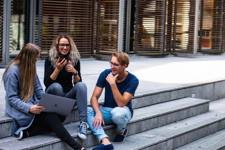 Drie jongeren in overleg
