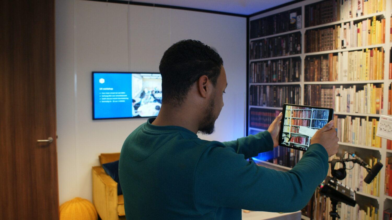 Werknemer bezig met augmented reality
