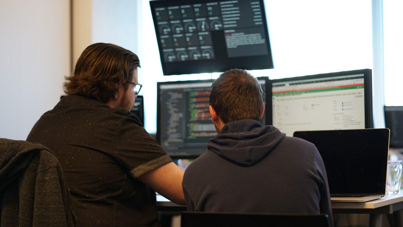 Overleg bij TIG, samen naar code kijken