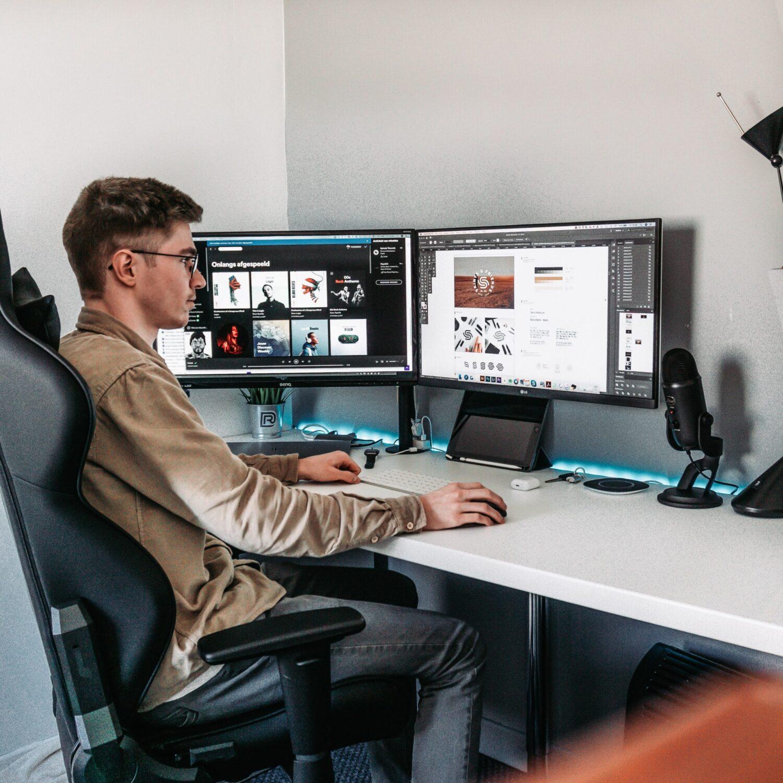 Designer achter een bureau
