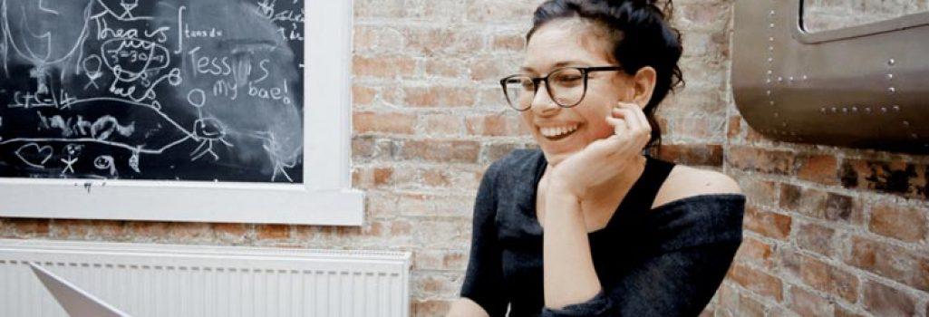 Vrouw met laptop lacht